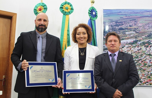 Presidente do SindiCONTÁBIL Passo Fundo, Gustavo Ferres, presidente do CRCRS, Ana Tércia L. Rodrigues e presidente do Legislativo, Pedro Daneli
